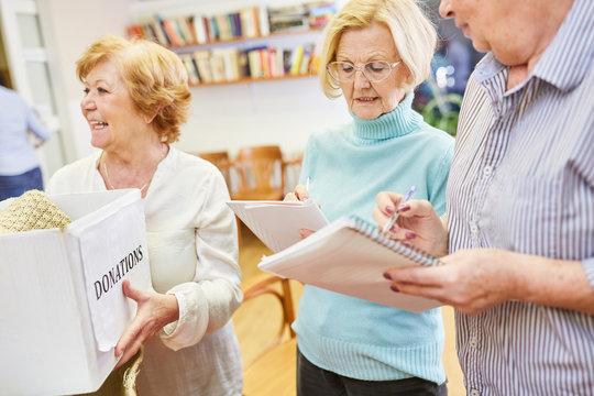 Senioren als Freiwillige bei einer Spendensammlung für Bedürftige im Seniorenheim