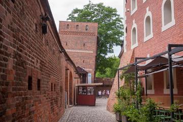 krzywa wieża i mury