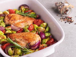 Fototapete - baked chicken fillet with vegetables, brussels sprouts, onions tomato close up