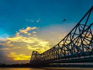 Howrah bridge - The historic cantilever bridge on the river Hooghly in Kolkata, India in the time of evening. Howrah Bridge is the busiest bridge in India. Papier Peint