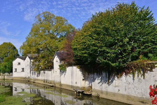 L'Arnon longe les murs du village de Lignières (18160), Cher en Centre-Val-de-Loire, France