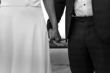 Mujer y hombre recién casados dándose la mano Fotobehang