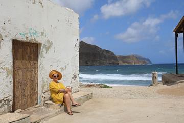 Papier Peint - mujer con sombrereo amarillo y vestido amarillo sentada casa playa mediterraneo almería  4M0A6610-as20