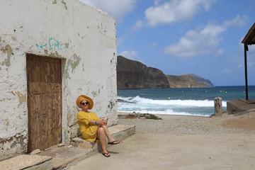 Papier Peint - mujer con sombrereo amarillo y vestido amarillo sentada casa playa mediterraneo almería  4M0A6605-as20