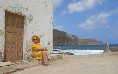 Papier Peint - mujer con sombrereo amarillo y vestido amarillo sentada casa playa mediterraneo almería  4M0A6613-as20