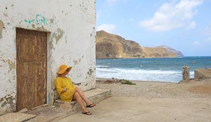 Papier Peint - mujer con sombrereo amarillo y vestido amarillo sentada casa playa mediterraneo almería  4M0A6624-as20