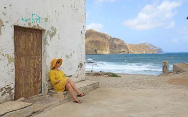 Papier Peint - mujer con sombrereo amarillo y vestido amarillo sentada casa playa mediterraneo almería  4M0A6626-as20