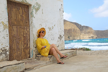 Papier Peint - mujer con sombrereo amarillo y vestido amarillo sentada casa playa mediterraneo almería  4M0A6637-as20