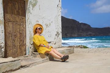 Papier Peint - mujer con sombrereo amarillo y vestido amarillo sentada casa playa mediterraneo almería  4M0A6662-as20