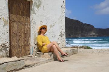 Papier Peint - mujer con sombrereo amarillo y vestido amarillo sentada casa playa mediterraneo almería  4M0A6650-as20