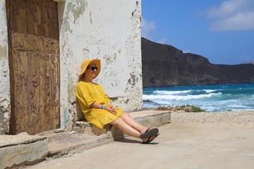 Papier Peint - mujer con sombrereo amarillo y vestido amarillo sentada casa playa mediterraneo almería  4M0A6664-as20