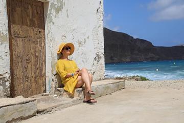 Papier Peint - mujer con sombrereo amarillo y vestido amarillo sentada casa playa mediterraneo almería 4M0A6689-as20