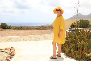 Papier Peint - mujer madura con sombrero amarillo y gafas oscuras frente al mar turista almería 4M0A6543-as20