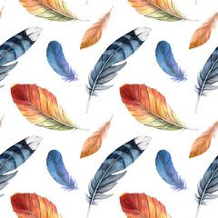 Modèle sans couture de différentes plumes aquarelles. Plumes colorées de différents oiseaux sur fond blanc