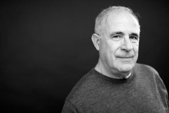 Ritratto di anziano in b/n di, isolato su sfondo nero