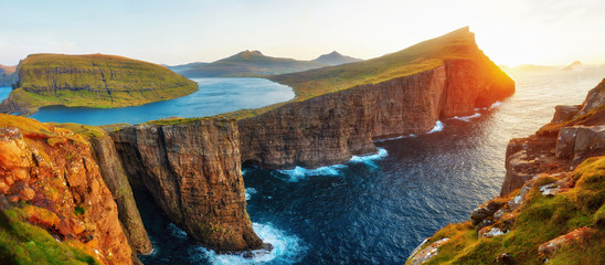 Foto auf Leinwand Dunkelbraun Sorvagsvatn Lake and Waterfall into the Ocean in Western Faroe Island