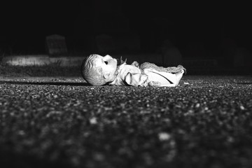 Fotomurales - Abandoned Doll On Road At Night