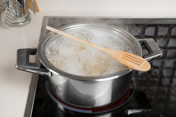 Life Hack: Rest a Wooden Spoon Across the Top of a Pot of Boiling Water to Prevent Overflow