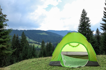 Photo sur Aluminium Camping Green camping tent near beautiful conifer forest