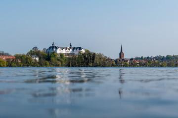 Das Schloß von Plön mit Spiegelung im Plöner See