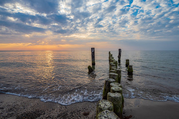 Fototapete - Buhnen im Sonnenuntergang an der Küste der Ostsee bei Graal Müritz