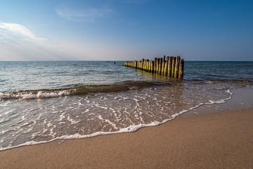 Fototapete - Buhnen an der Küste der Ostsee bei Graal Müritz
