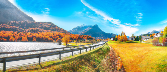 Papiers peints Automne Awesome autumn scene in Maloja village and asphalt road on the shore of Sils lake(Silsersee)