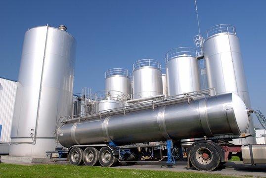 Usine laiterie Senoble, camion collecte avec tanks à lait