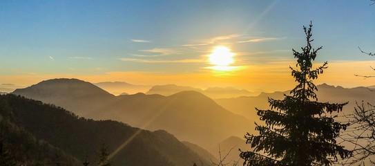 Papiers peints Route dans la forêt montagne, coucher de soleil, paysage, ciel, lever du soleil, nature, soleil, montagne, nuage, brouillard, colline, nuage, matin, bleu, brume, val, orange, beau, lumière, panorama, vue, crépuscule, soi