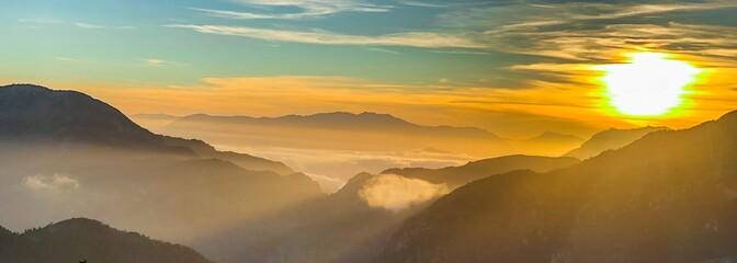 Foto auf AluDibond Honig montagne, coucher de soleil, paysage, ciel, lever du soleil, nature, soleil, montagne, nuage, brouillard, colline, nuage, matin, bleu, brume, val, orange, beau, lumière, panorama, vue, crépuscule, soi