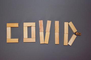 Fototapeta Napis z drewnianych jasnych klocków na szarym tle. obraz