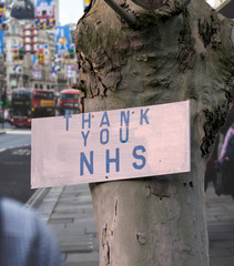 Fotobehang Londen rode bus A London city street with red bus and Thank You NHS sign