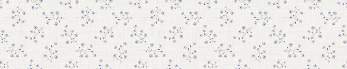 Motif de bordure florale sans couture. Style shabby chic en lin bleu français. Bannière de floraison pays dessinés à la main. Fond tissé rustique. Échantillon de décoration pour la maison en torchon de cuisine. Bordure de ruban de fleur simple.