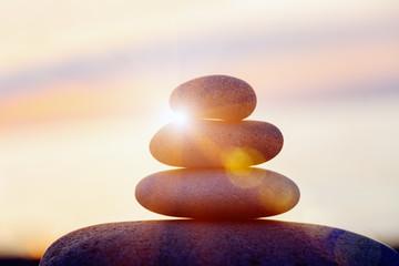 Photo sur Plexiglas Zen pierres a sable rock pebble pyramid, zen stones on sea beach, meditation, spa, harmony, calm background, balance concept