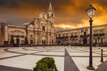 Chiesa di Acireale in sicilia vicino Taormina al tramonto, concetto di isolamento io resto a casa per il coronavirus