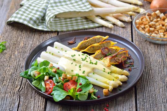 Frischer Spargel mit gebratenen schwäbischen Maultaschen mit Röstzwiebeln an Feldsalat mit Croutons –White asparagus with fried stuffed Swabian-style meat ravioli served with corn salad with croutons