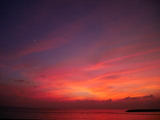 夕暮れに赤く染まる空と海