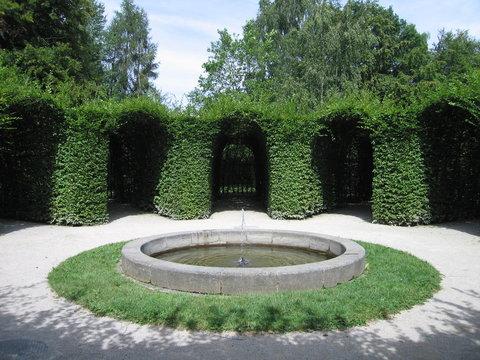 Heckengarten mit Brunnen
