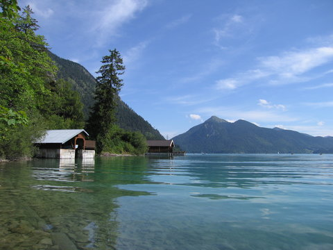 Bootshaus und klares Wasser am Walchensee