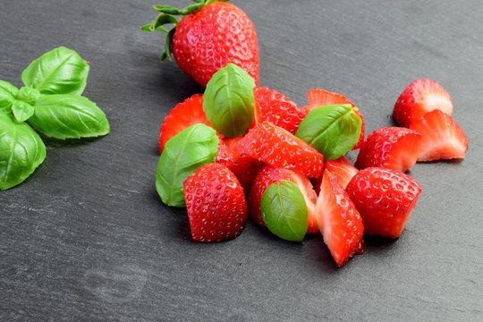 Erdbeeren mit Basilikum