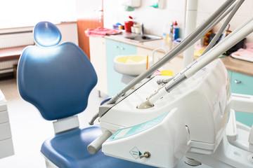 Obraz Gabinet stomatologiczny, narzędzia dentystyczne i medyczne. - fototapety do salonu