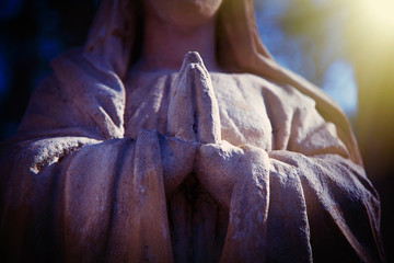 Fotomurales - Antique stone statue of the Virgin Mary praying