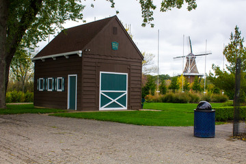 Foto auf Gartenposter Schwan Holland, Michigan/USA: farm house and windmill De Zwaan at Windmill Island Gardens
