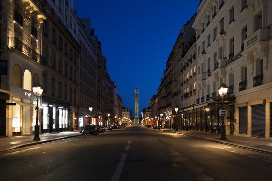 Rue de Paris. Place Vendôme, vide, sans personnage, sans circulation, pendant le confinement du au Coronavirus