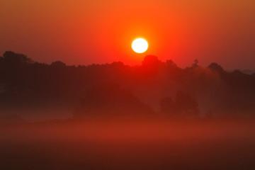 Foto auf AluDibond Rot kubanischen Lever soleil dans le brouillard