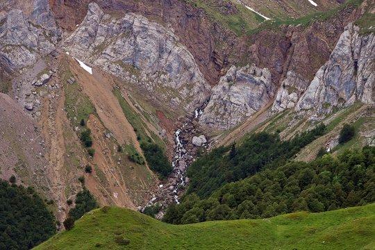 Pliegues geomorfológicos de roca en el lado norte de los Pirineos, Pirineos franceses (Borce / Francia; 15/06/2016).
