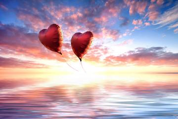 Wall Mural - rote Luftballons fliegen in den Sonnenuntergang,