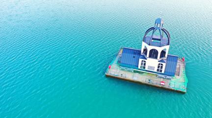 Wall Mural - schwimmende Kirche im Wasser