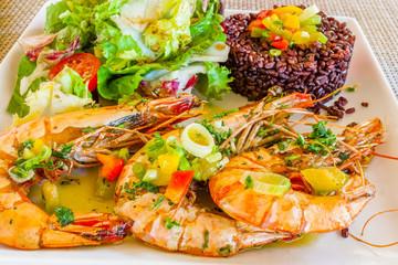 Gambas poêlés, riz rouge de Camargue et salade