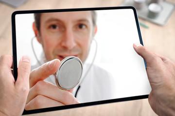 Docteur médecin en téléconsultation avec tablette et main du patient à domicile